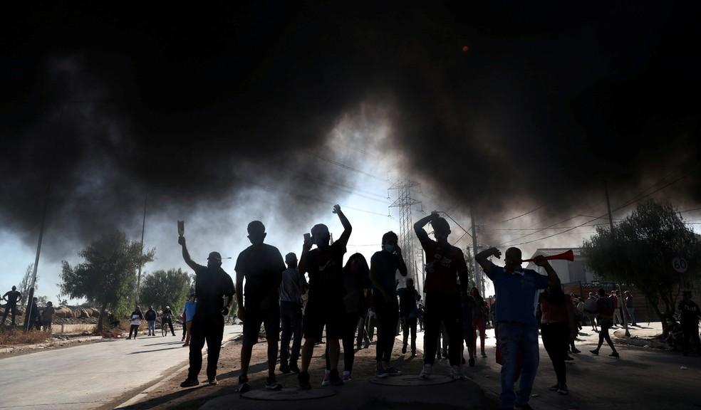 Moradores do bairro de Puente Alto, em Santiago protestam e pedem cestas básicas em meio ao lockdown decretdo na capital chilena — Foto: Ivan Alvarado / Reuters