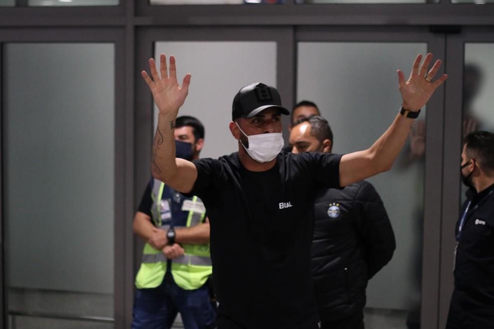 Maicon agradece torcida do Grêmio em recepção — Foto: Lucas Bubols