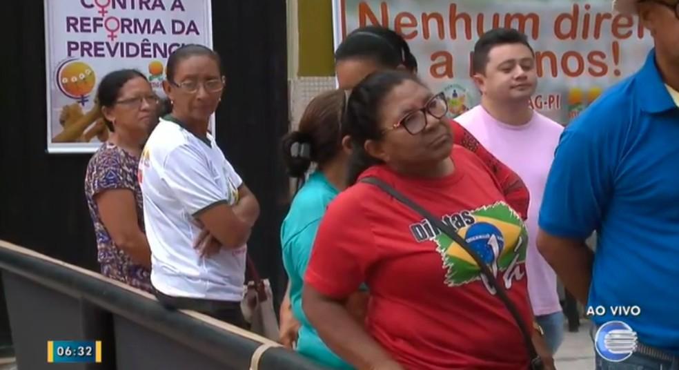 Trabalhadores rurais fazem protesto em Teresina (Foto: Reprodução/Tv Clube)