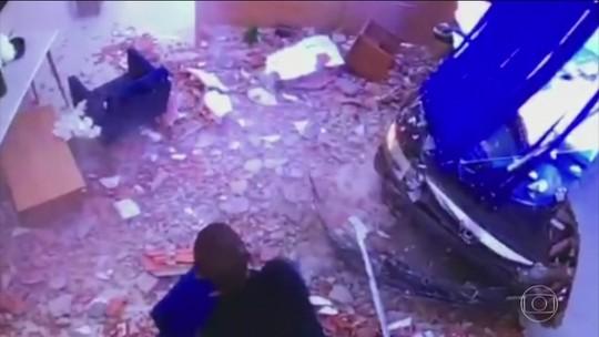 Carro invade sala de espera de escritório em Votorantim (SP) e atinge mulher