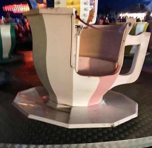 Xícara que foi arremessada em parque de diversão na Inglaterra (Foto: Reprodução)
