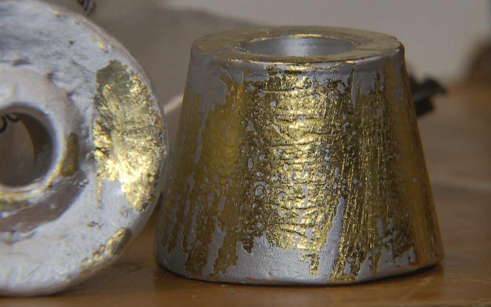 Peças de ouro apreendidas no Aeroporto Internacional de Brasília; tinta para disfarçar metal descascou (Foto: TV Globo/Reprodução)