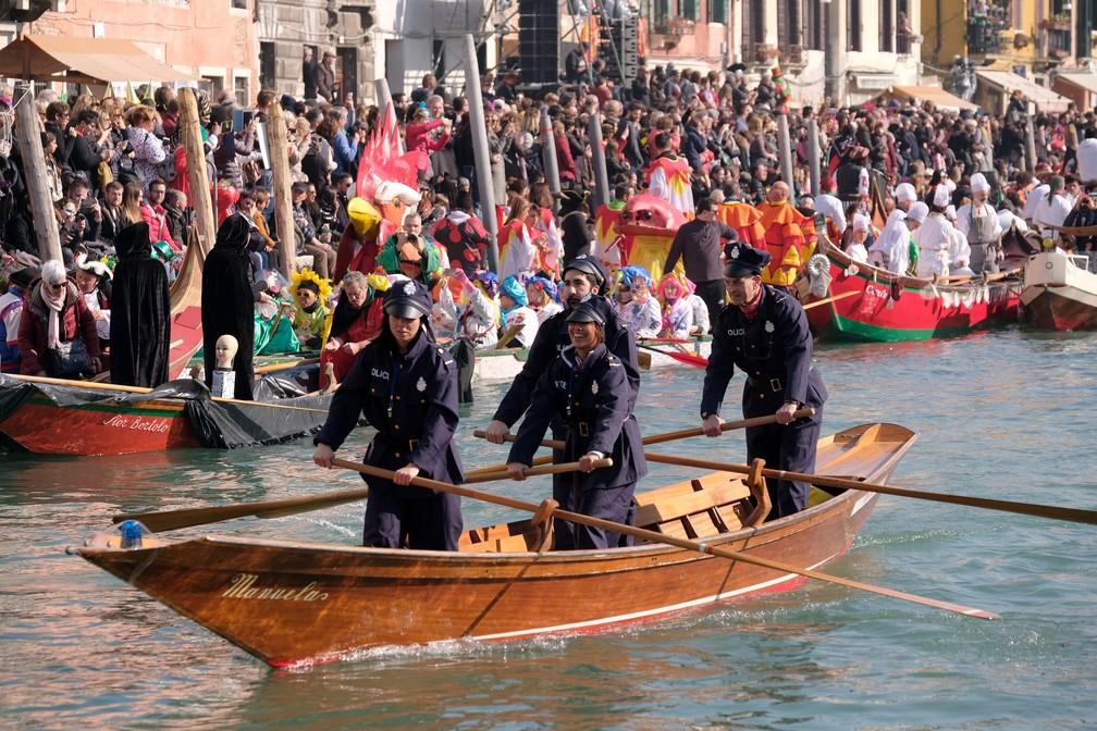 Foliões fantasiados em seus barcos durante desfile no Grande Canal — Foto: Manuel Silvestri/Reuters