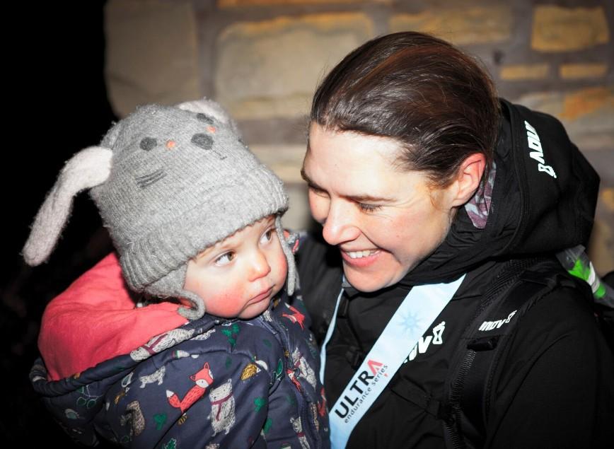Jasmin Paris com a medalha, na linha de chegada, reencontra a filha (Foto: Reprodução)