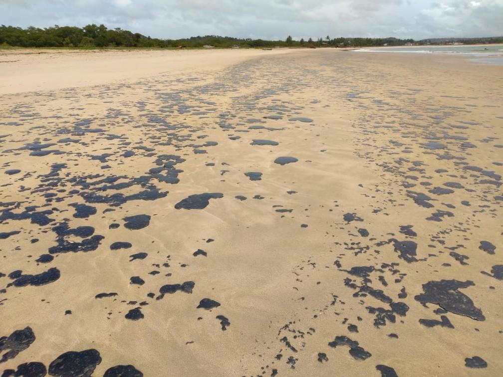 Praia da Boca da Barra, em Tamandaré, também foi atingida por óleo na manhã desta sexta-feira (18) — Foto: Reprodução/WhatsApp