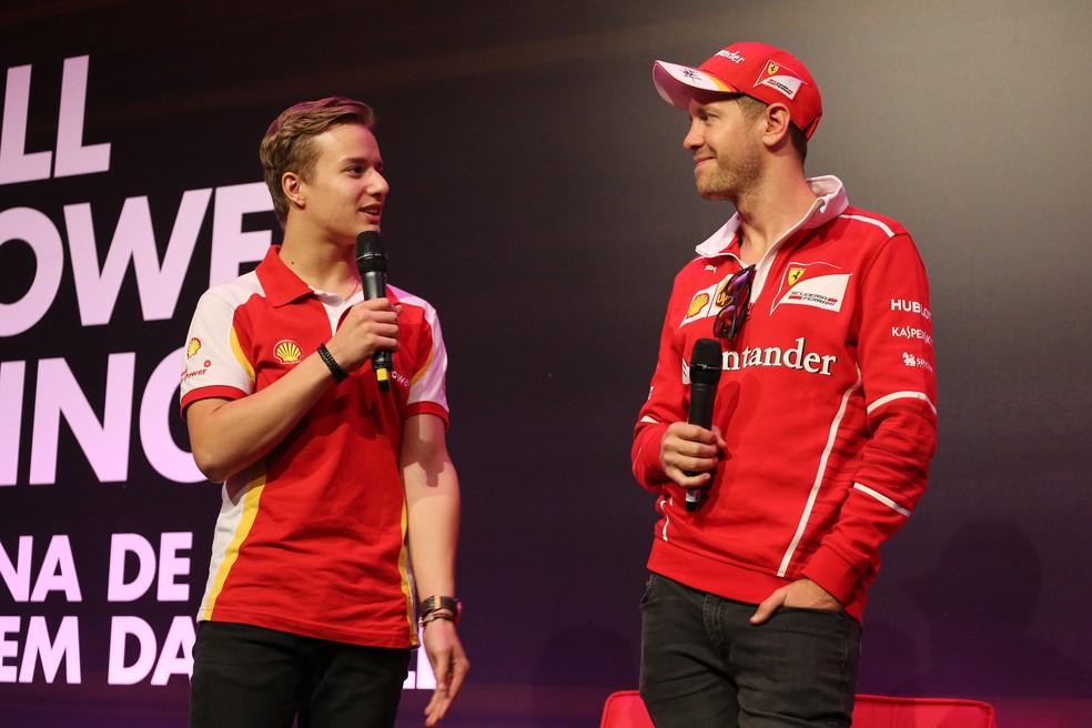 Gianluca Petecof e Sebastian Vettel no palco do evento em São Paulo (Foto: Divulgação/Shell)