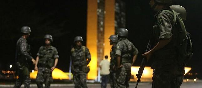 Soldados das forças armadas patrulham a Praça dos Três Poderes e a Esplanada dos Ministérios, Brasília (Foto: Nilton Fukuda / Estadão)