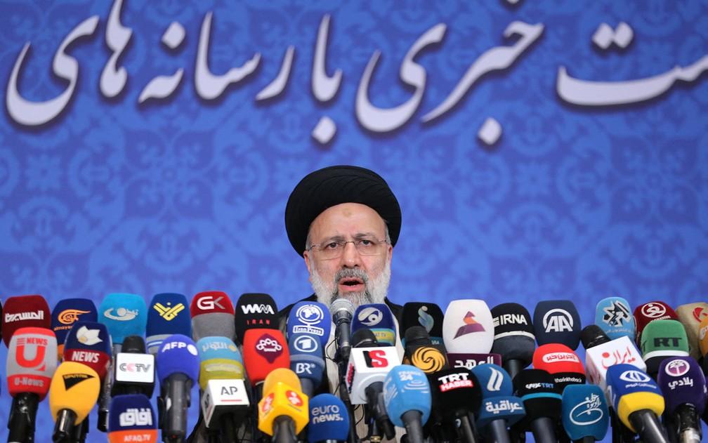 Presidente eleito do Irã, Ebrahim Raisi, durante coletiva de imprensa, em Teerã, na segunda-feira (21) — Foto: Atta Kenare/AFP