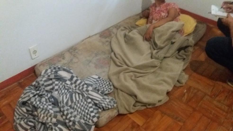Pacientes dormiam em colchões no chão e precisavam conviver com péssimas condições de higiene (Foto: Prefeitura de São Roque/Divulgação)