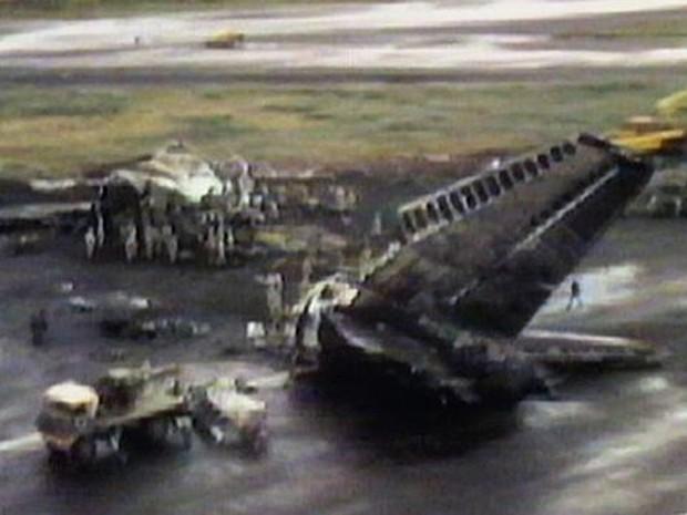 Reportagens da época mostraram restos dos dois aviões na pista principal do aeroporto de Tenerife  (Foto: BBC)