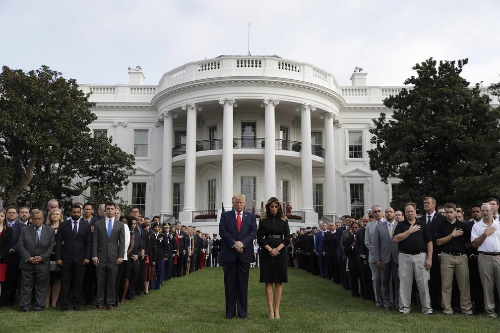 O presidente e a primeira-dama dos EUA, Donald e Melania Trump, participam de momento de silêncio em memória às vítimas dos atentados terroristas de 11 de Setembro, diante da Casa Branca em Washington, no dia que marca os 18 anos dos ataques — Foto: Evan Vucci/AP