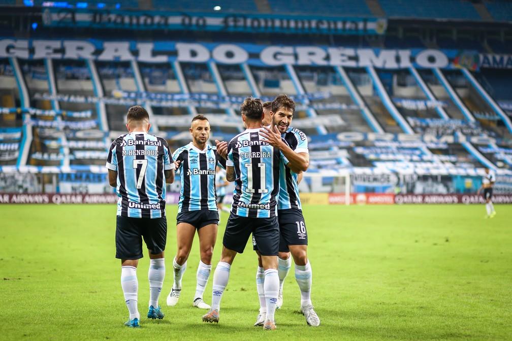 Rafinha se aproxima de Matheus Henrique, Ferreira e Lucas Silva para celebrar gol — Foto: Lucas Uebel/Grêmio
