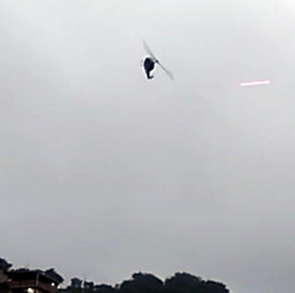 Helicóptero é alvo de tiros durante operação no Complexo do Alemão — Foto: Reprodução/redes sociais
