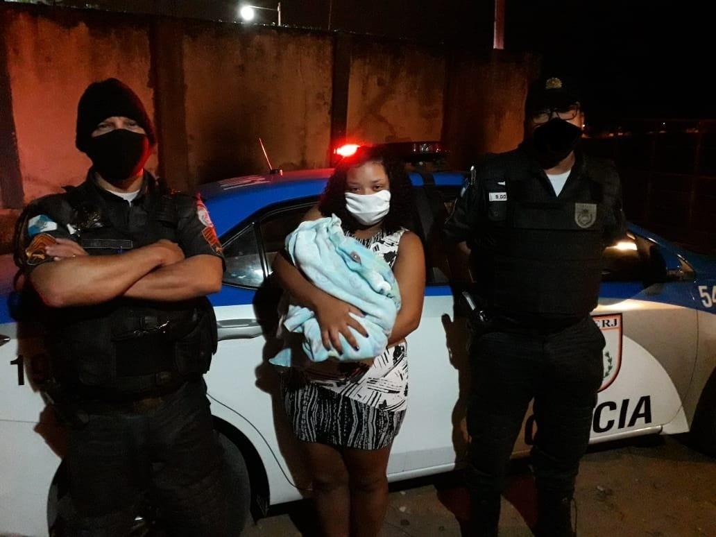 Policiais militares salvam a vida de recém-nascido engasgado em Campos, no RJ