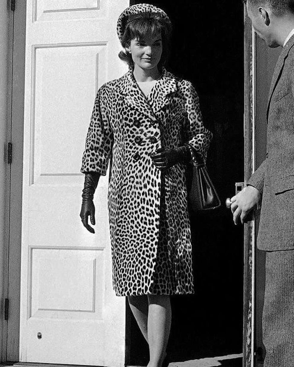 Em 1962 a primeira dama norte-americana Jacqueline Kennedy foi fotografada usando um casaco de pele e impulsionou o comércio desse artigo no mundo— Foto: Divulgação/Internet