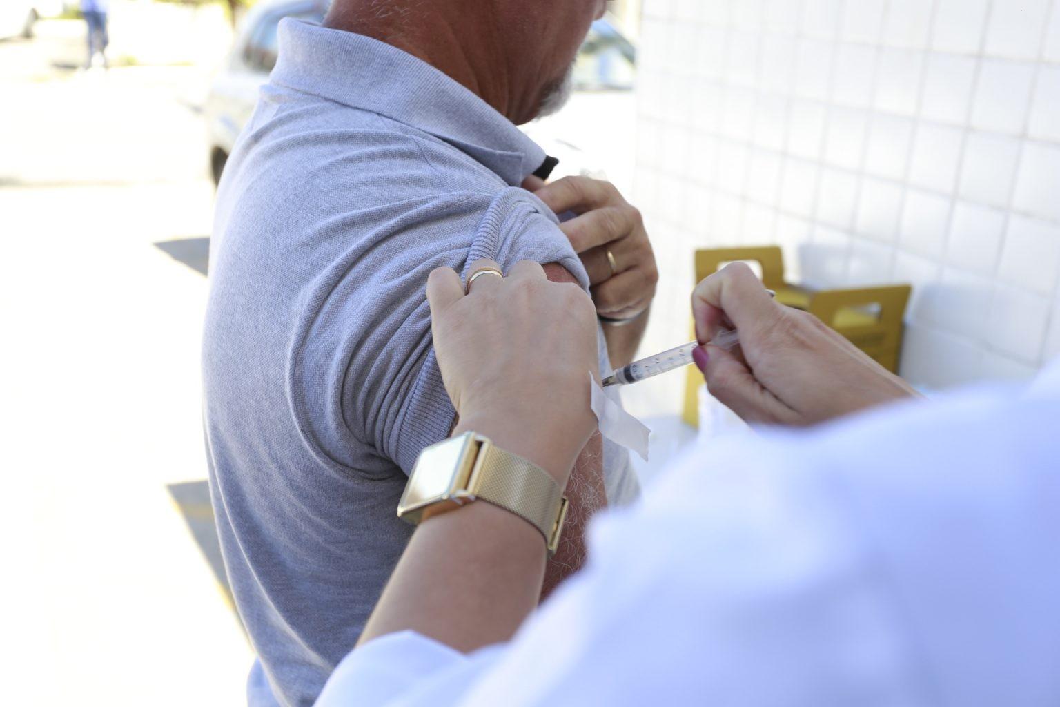 Seis cidades da Baixada Santista iniciam vacinação contra Covid-19 em pessoas com 50 anos