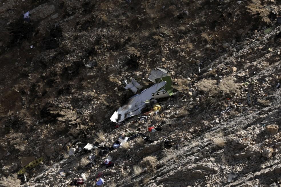 Destroços do avião privado turco que caiu no Irã (Foto: Alireza Motamedi/Tasnim News Agency via AP)