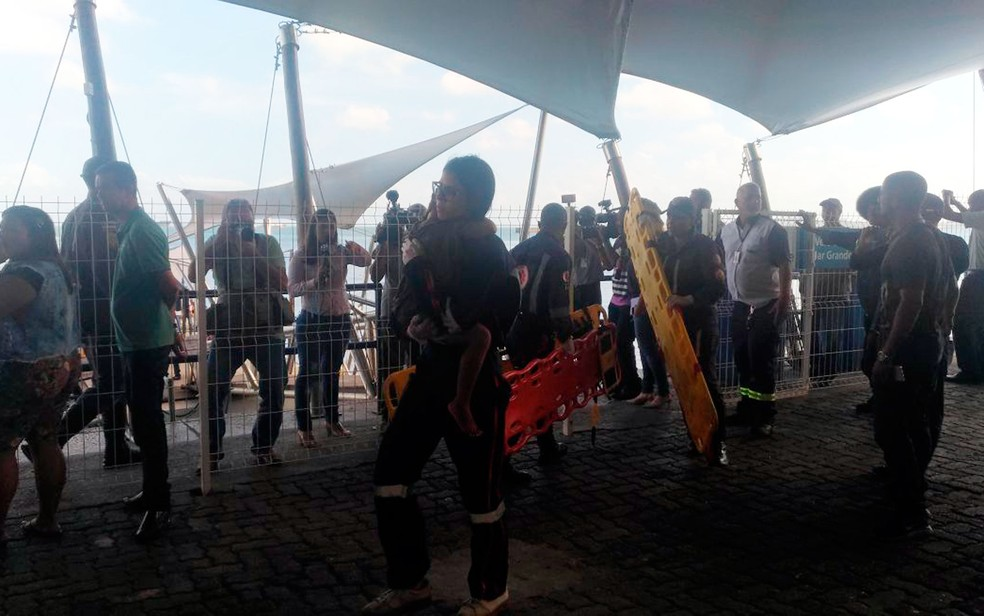 Criança é atendida pelo Samu no terminal Náutico de Salvador (Foto: Juliana Almirante/G1)
