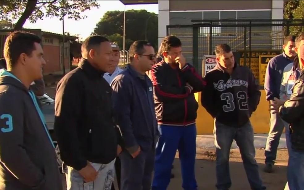 Caminhoneiros bloqueiam entrada de caminhões em distribuidora de Goiânia, Goiás (Foto: TV Anhanguera/Reprodução)