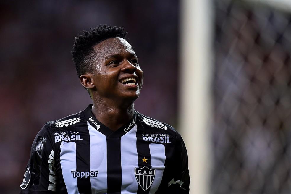 Cazares em campo pelo Galo na Libertadores 2019 — Foto: EFE / Yuri Edmundo
