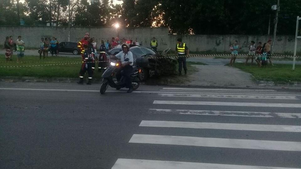 Motorista morre ao bater em defensa metálica e capotar na BR-101, no ES
