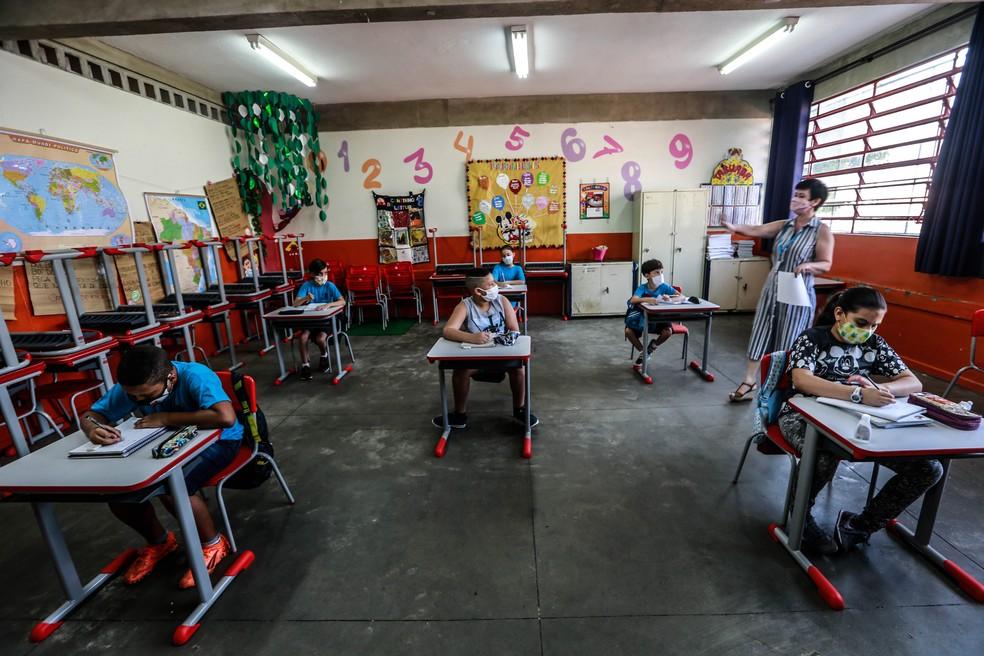 VOLTA ÀS AULAS EM SP: Alunos sentam em carteiras separadas na Escola Estadual Thomaz Rodrigues Alckmin, no bairro do Itaim Paulista, na Zona Leste da cidade de São Paulo, na manhã desta quarta-feira (7) — Foto: Werther Santana/Estadão Conteúdo