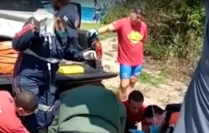 Ciclista é resgatado pelo Águia após acidente na Praia de Castelhanos em Ilhabela