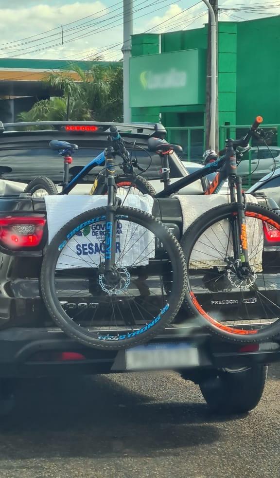 Lençol da secretaria de Saúde de RR é usado durante transporte de bicicletas