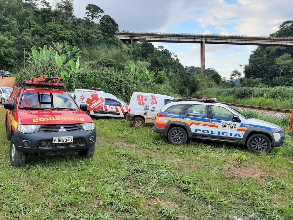 Bombeiros buscam vítimas de acidente com caminhão na 'Ponte Torta', em João Monlevade — Foto: Corpo de Bombeiros/Divulgação