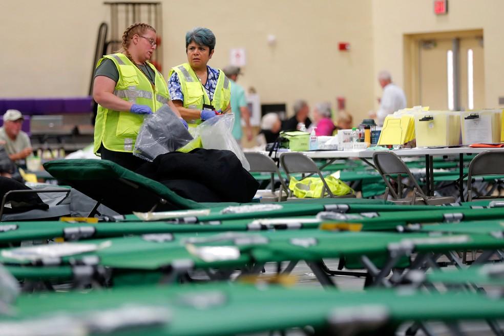 Funcionários do Departamento de Saúde da Flórida montaram camas em um abrigo para pessoas com necessidades especiais, enquanto o furacão Dorian se aproxima da costa dos EUA  — Foto: Gerald Herbert/AP
