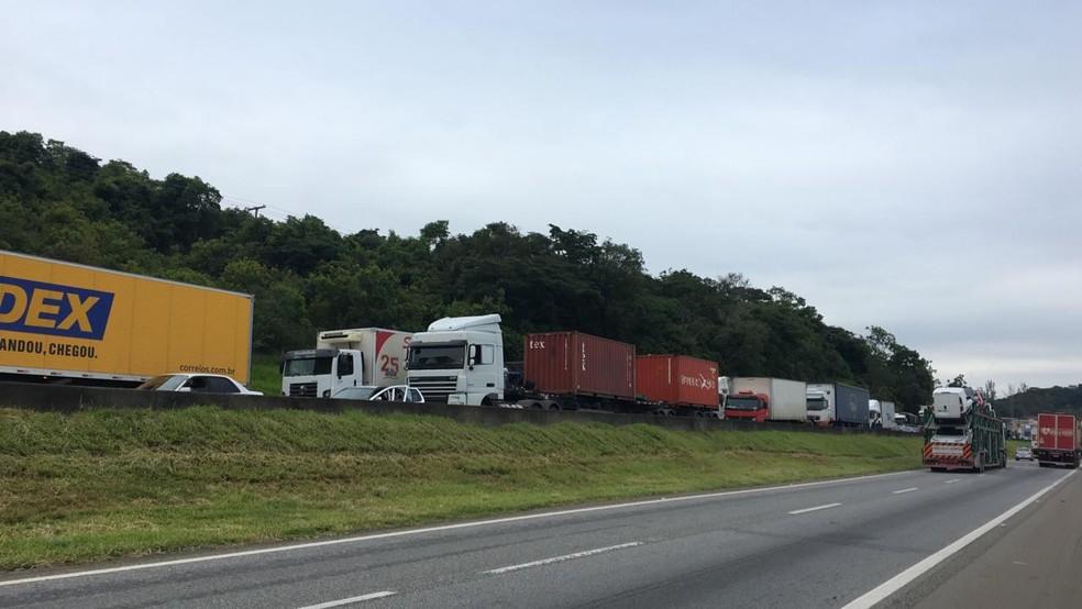 Acidente provocou congestionamento na rodovia Fernão Dias, em Campanha (MG) — Foto: Gabriela Prado/EPTV