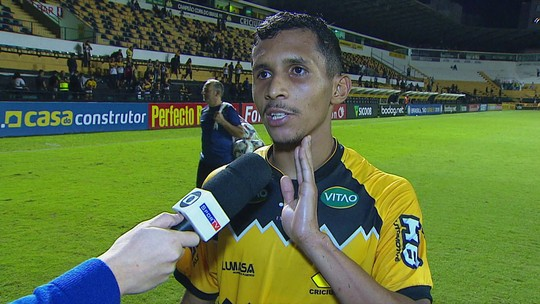 Andrew comemora gol e vitória e agradece torcida do Criciúma