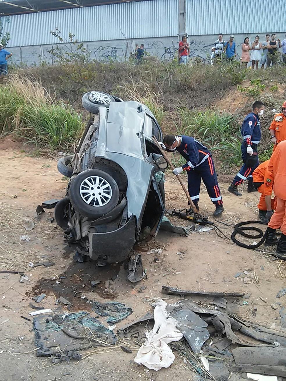A motorista de um dos carros ficou presa nas ferragens e morreu no local (Foto: PRF/Divulgação)