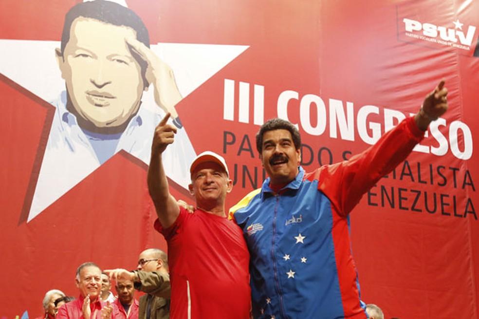 Em imagem de arquivo, Hugo Carvajal é recebido pelo presidente Nicolás Maduro — Foto: Miraflores Palace/Reuters
