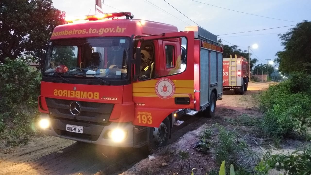 Caminhão dos Bombeiros fica atolado durante chamado para combater incêndio em Araguaína