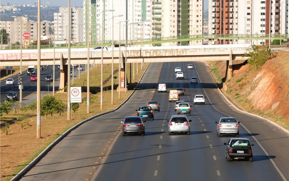 Carros trafegam pela EPTG, via que possui faixa exclusiva, no DF (Foto: Pedro Ventura/Agência Brasília)