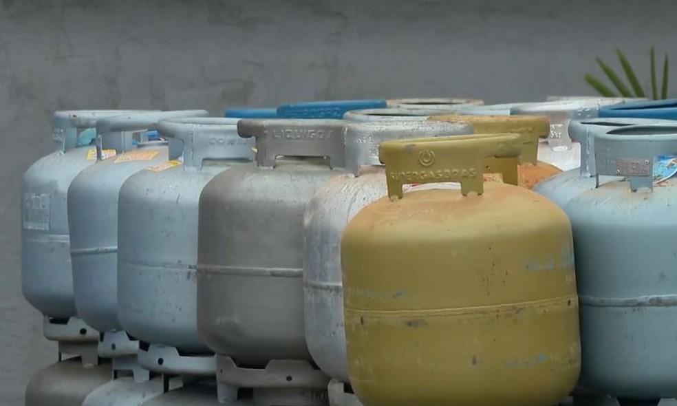 Botijão de gás já consome 10% do salário mínimo em 16 estados — Foto: Reprodução/JN