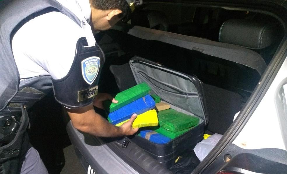 Rapazes disseram que estavam indo para Jacareí, onde iriam vender os tijolos de maconha — Foto: Polícia Rodoviária/Divulgação