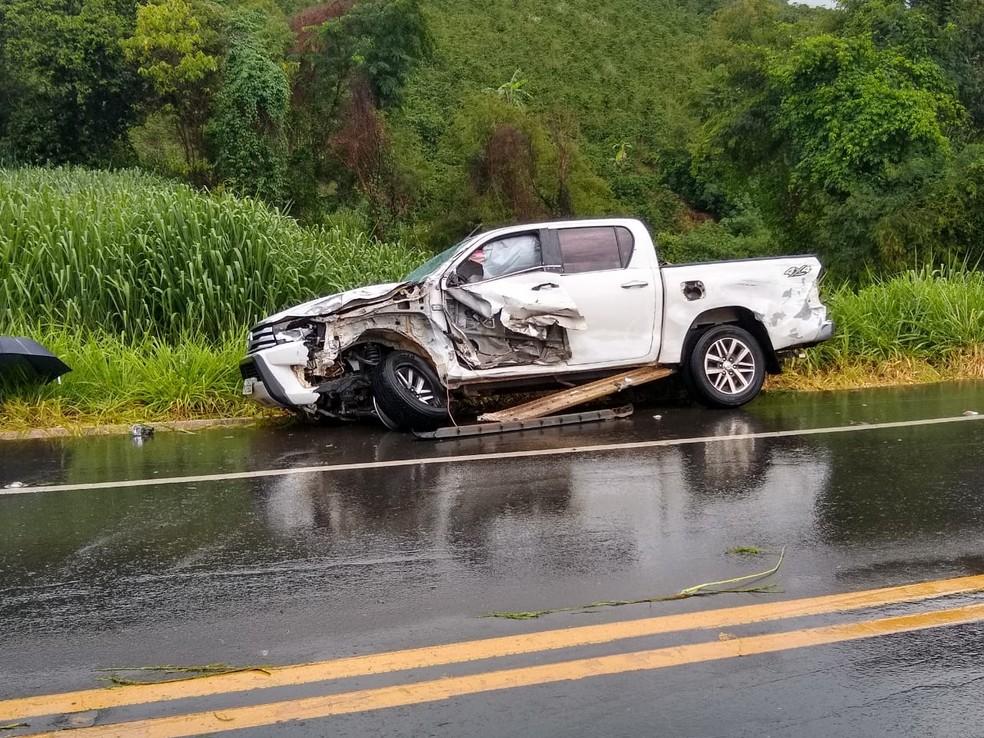 Caminhonete colidiu com caminhão na BR-116, em Santa Bárbara do Leste, mas motoristas não se feriram — Foto: Redes Sociais