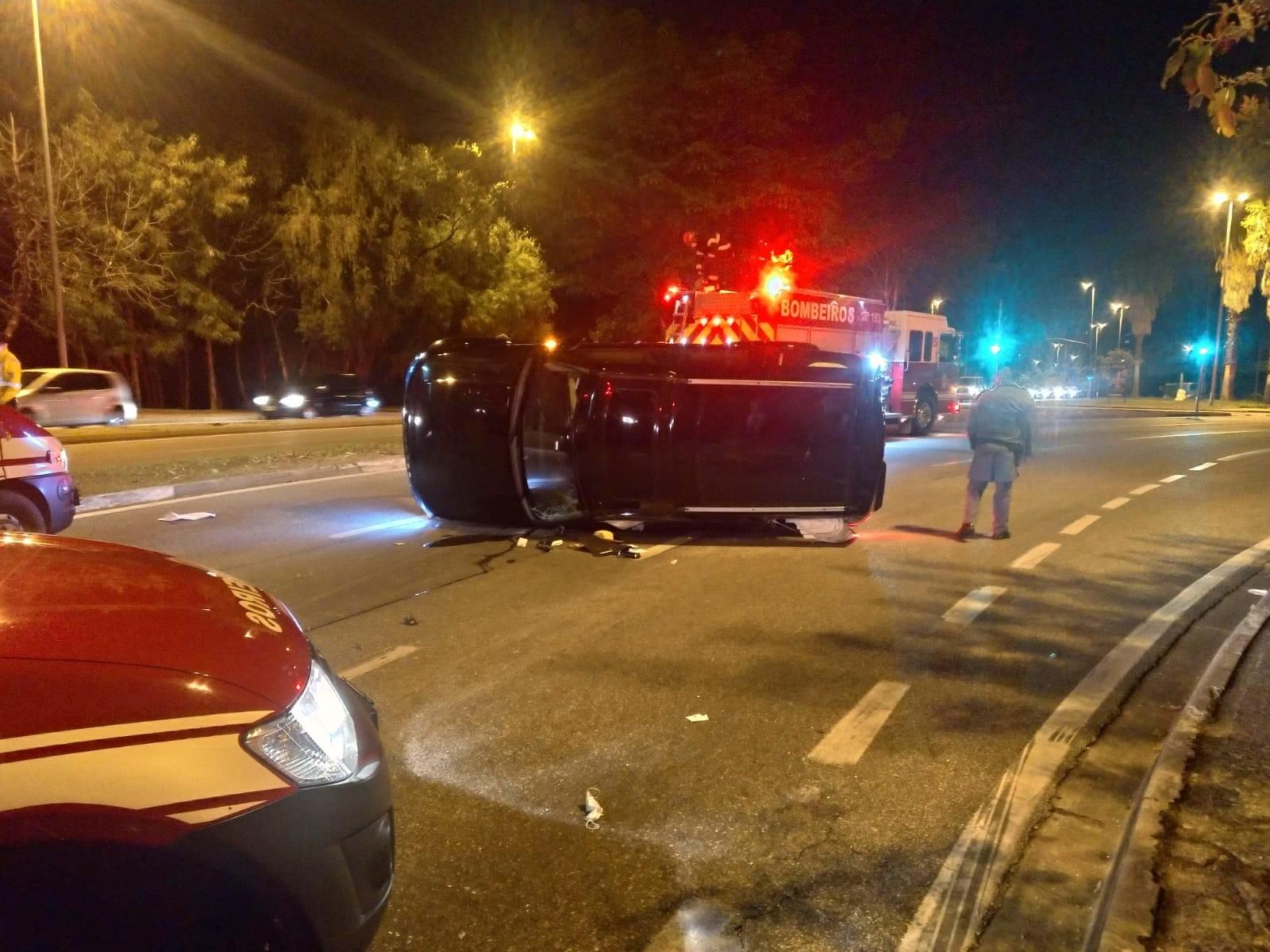 Carro capota e interdita avenida na região central de Sorocaba