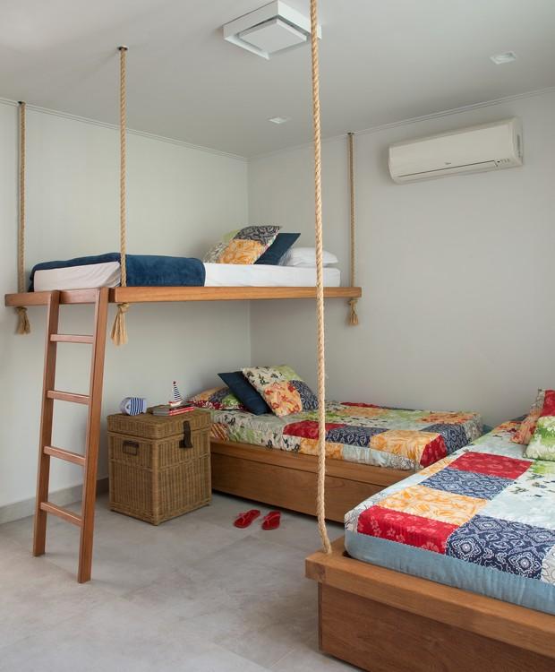 O quarto das crianças tem clima de aventura com as beliches presas ao teto com a ajuda de cordas (Foto: Cacá Bratke/Divulgação | Produção Deborah Apsan)