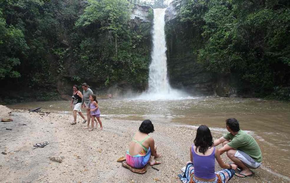 Turistas observam uma das dezenas de cachoeiras espalhadas pela região de Pirenópolis — Foto: Cristina Cabral/O Popular