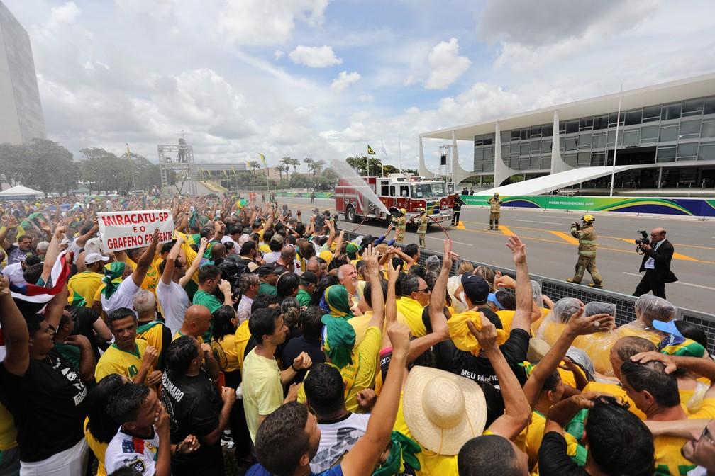 Bombeiros refrescam público em frente ao Palácio do Planalto, em Brasília (DF), antes da cerimônia de posse do presidente eleito Jair Bolsonaro — Foto: Fábio Tito/G1