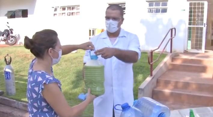 Nutricionista de MS distribui 'sucos da imunidade' para profissionais da saúde; veja receita: 'Fortalece muito'