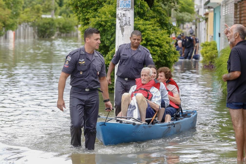 Soldados do Corpo de Bombeiros resgatam famílias ilhadas em consequência da chuva na Avenida Vivaldi, na cidade de São Bernardo do Campo, no ABC Paulista, na manhã desta segunda-feira, 11 — Foto: ANDERSON GORES/AGÊNCIA F8/ESTADÃO CONTEÚDO