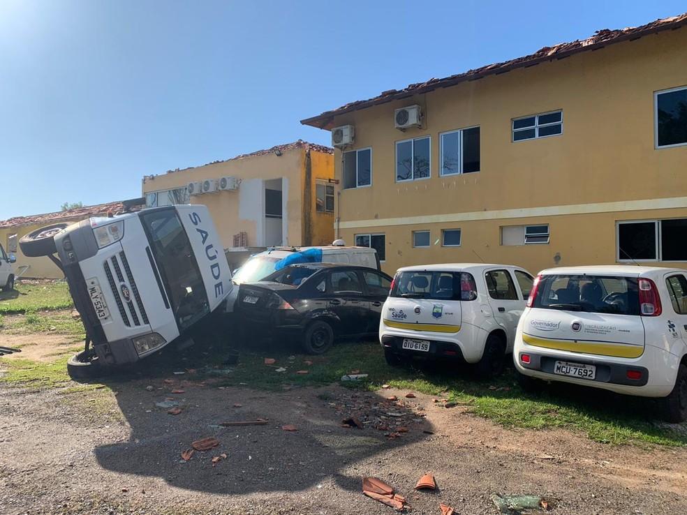 Ambulância foi arrastada com o vento em Governador Celso Ramos — Foto: Douglas Marcio/ NSC TV