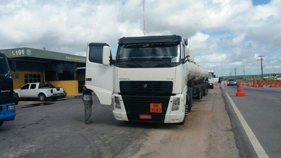 Motorista que dirigia carreta bitrem sob efeito de álcool no RN foi denunciado por motoristas (Foto: PRF/Divulgação)
