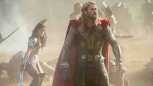 Enquanto Thor liderava as últimas batalhas para conquistar a paz entre os nove reinos, o maldito elfo negro Malekith acordava de um longo sono, sedento de vingança e louco para levar todos para a escuridão eterna. Alertado do perigo por Odin, o herói precisa contar com a ajuda dos companheiros Volstagg, Sif, entre outros, e até de seu irmão, o traiçoeiro Loki, em um plano audacioso para salvar o universo do grande mal. Mas os caminhos de Thor e da amada Jane Foster se cruzam novamente e, dessa vez, a vida dela está realmente em perigo.