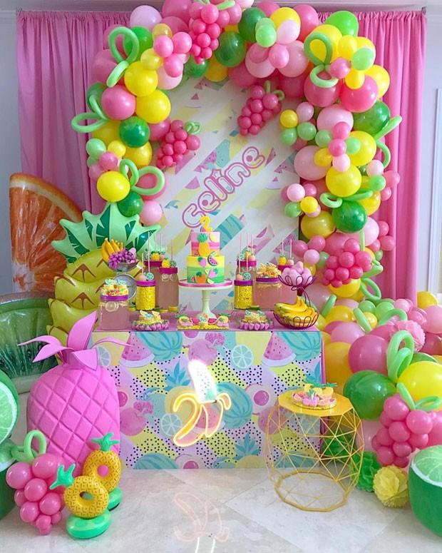 Festa Tutti Frutti pink, amarelo, neon e vintage se misturam em celebraç u00e3o infantil em Miami