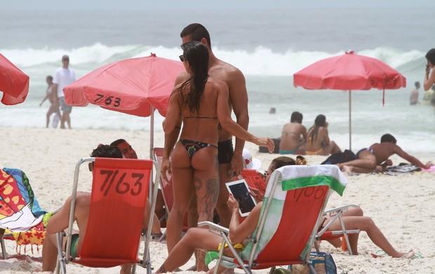Yuri, ex-bbb, beija muito em dia de sol na Barra da Tijuca, RJ (Foto: Clayton Militão / Foto Rio News)